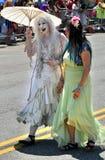 参加者在第34次每年美人鱼游行前进在科尼岛 免版税图库摄影
