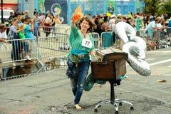 参加者在第35次每年美人鱼游行前进在科尼岛 库存图片