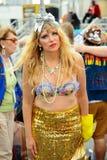 参加者在第35次每年美人鱼游行前进在科尼岛 图库摄影
