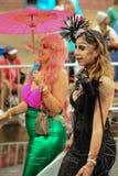 参加者在第35次每年美人鱼游行前进在科尼岛 库存照片