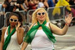 参加者在第35次每年美人鱼游行前进在科尼岛 免版税库存照片