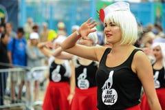 参加者在第35次每年美人鱼游行前进在科尼岛 免版税图库摄影