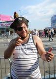 参加者在第34次每年美人鱼游行前进 免版税库存照片