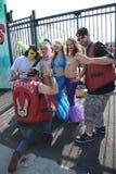 参加者在第34次每年美人鱼游行前进 库存照片
