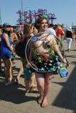 参加者在第34次每年美人鱼游行前进 免版税库存图片