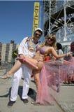 参加者在第34次每年美人鱼游行前进 库存图片