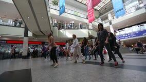 参加者在舞蹈闪光围攻在中心城市火车站 股票视频