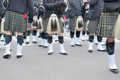 参加者在苏格兰服装为鸦片游行做准备 免版税图库摄影