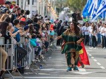 参加者在非洲展示在跳舞在Adloyada狂欢节的五颜六色的服装穿戴了在纳哈里亚,以色列 免版税库存图片