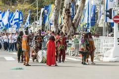 参加者在非洲展示在跳舞在Adloyada狂欢节的五颜六色的服装穿戴了在纳哈里亚,以色列 库存图片