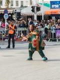 参加者在非洲展示在跳舞在Adloyada狂欢节的五颜六色的服装穿戴了在纳哈里亚,以色列 免版税图库摄影