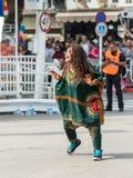 参加者在非洲展示在跳舞在Adloyada狂欢节的五颜六色的服装穿戴了在纳哈里亚,以色列 免版税库存照片