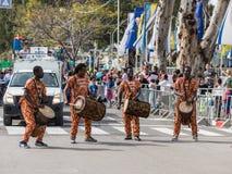 参加者在非洲展示在跳舞在Adloyada狂欢节的五颜六色的服装穿戴了在纳哈里亚,以色列 库存照片