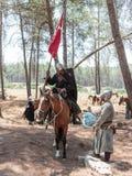 参加者在Hattin争斗垫铁的重建1187年一个坐争斗马,并且第二在他附近站立  免版税图库摄影