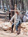 参加者在Hattin争斗垫铁的重建在1187休息的和在竞选前拿着在阵营的一个十字架在TIb附近 免版税库存照片