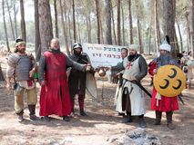 参加者在Hattin争斗垫铁的重建在1187的在竞选前给阵营的主办者做广告在钛附近 免版税库存照片