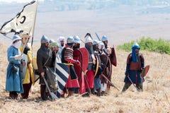 参加者在Hattin争斗垫铁的重建在1187的在萨拉丁服装穿戴了`战士在antici站立的s 免版税库存图片