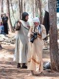参加者在Hattin争斗垫铁的重建在1187的在campai前检查武器和照相机在阵营 免版税库存图片