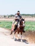 参加者在Hattin垫铁的重建在1187作战在马背上留下阵营并且去争斗站点在TIb附近 免版税库存图片
