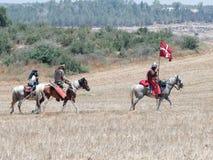 参加者在Hattin垫铁的重建在1187作战在马背上留下阵营并且去争斗站点在TIb附近 免版税库存照片