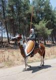 参加者在Hattin垫铁的重建在1187作战在马背上留下阵营,并且乘驾去争斗站点nea 免版税图库摄影