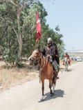 参加者在Hattin垫铁的重建在1187作战在马背上留下阵营,并且乘驾去争斗站点nea 库存照片
