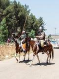 参加者在Hattin垫铁的重建在1187作战在马背上留下阵营,并且乘驾去争斗站点nea 免版税库存图片