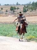 参加者在Hattin垫铁的重建在1187作战在马背上留下阵营,并且乘驾去争斗站点nea 免版税库存照片