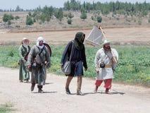 参加者在Hattin垫铁的重建在1187作战徒步留下阵营并且去争斗站点在提比里亚附近 库存照片