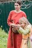 参加者射击一张玩具石弓在与亚瑟王的普珥节节日在耶路撒冷,以色列  库存照片
