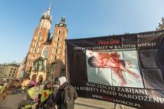 参加者抗议反对在主要集市广场的堕胎在我们的夫人附近教会  库存照片