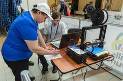 参加者接受3D打印机的任务 免版税图库摄影