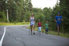参加者(孩子:尼可拉杜比宁/4, Darja在地方竞争期间的Zhochkina /6)致力于天健康 免版税库存图片