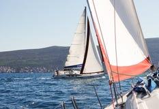 参加赛船会的两条小船 免版税库存图片