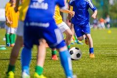 参加足球足球比赛的少年男孩 库存照片