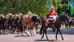 参加进军颜色军事游行在骑马卫兵的军事鼓马,威斯敏斯特,伦敦英国 库存图片