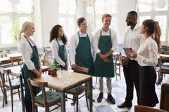 参加队会议的职员在空的餐厅 免版税库存图片