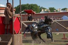 参加马背射击的装甲的骑士 免版税库存照片