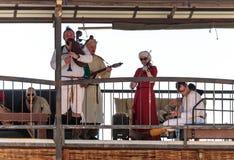 参加骑士节日的一个小组音乐家在戈伦公园执行在体育场的阳台的音乐在以色列 免版税库存照片