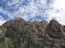参天的山和凉快的云彩在巨石城,科罗拉多 库存图片