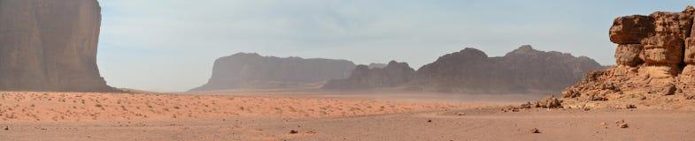 参天的峭壁在红色沙子,瓦地伦,约旦海  免版税库存照片