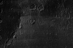 参差不齐的墙壁绘与黑油漆 库存照片