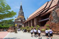 参观一个著名寺庙, Wat亚伊柴Mongk的地方泰国学生 图库摄影
