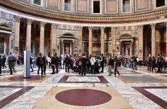 参观万神殿的游人在罗马,意大利 免版税库存图片
