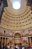 参观万神殿的游人在罗马,意大利 图库摄影