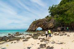 参观与美丽的海滩的游人石曲拱在酸值Khai在安达曼海, Tarutao国家公园和酸值Lipe,泰国 库存图片