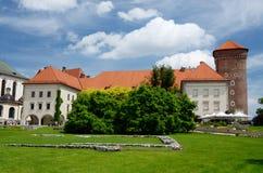 参观与Sandomierska的游人Wawel皇家城堡在克拉科夫,波兰耸立 免版税库存照片