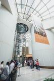 参观东方珍珠的游人在上海,中国耸立 图库摄影