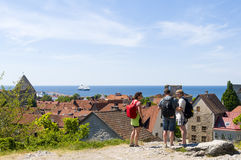 参观中世纪Visby的游人 库存照片