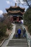 参观亭子的游人在景山公园在故宫附近 免版税库存图片